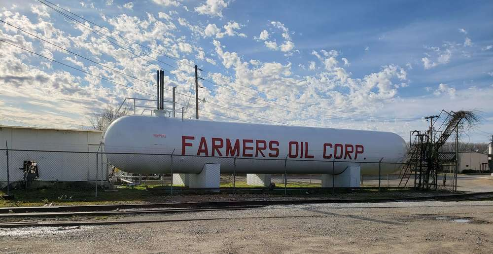 Propane tank with Farmers Oil Corp logo
